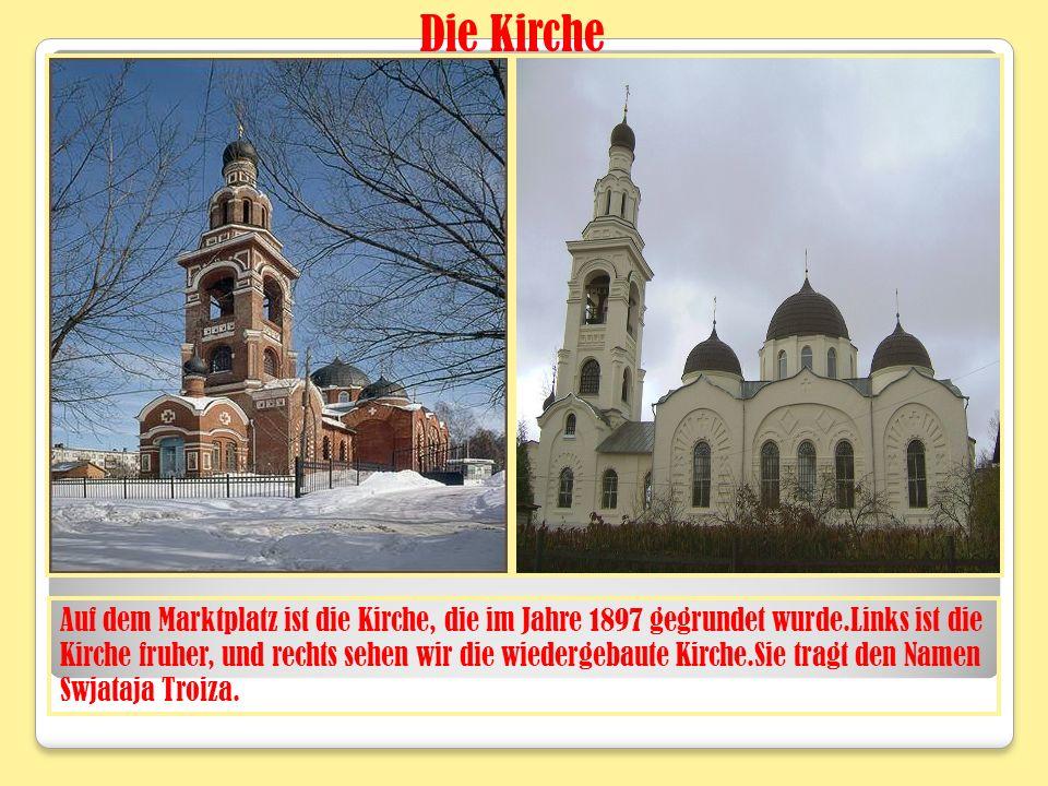 Auf dem Marktplatz ist die Kirche, die im Jahre 1897 gegrundet wurde.Links ist die Kirche fruher, und rechts sehen wir die wiedergebaute Kirche.Sie tragt den Namen Swjataja Troiza.