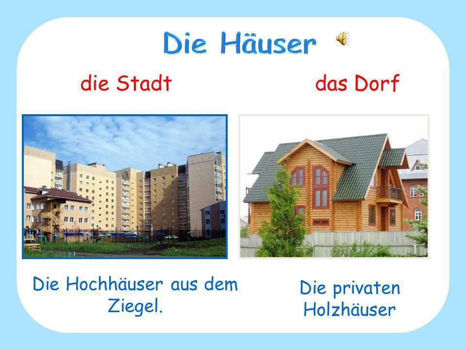 die Stadtdas Dorf Die Hochhäuser aus dem Ziegel. Die privaten Holzhäuser