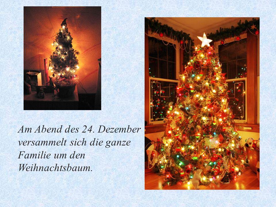 Am Abend des 24. Dezember versammelt sich die ganze Familie um den Weihnachtsbaum.