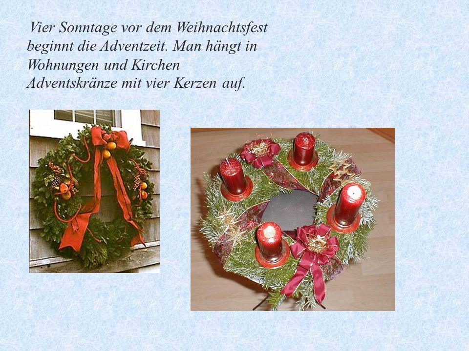 Vier Sonntage vor dem Weihnachtsfest beginnt die Adventzeit. Man hängt in Wohnungen und Kirchen Adventskränze mit vier Kerzen auf.