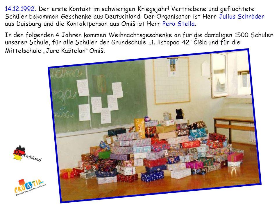 14.12.1992. Der erste Kontakt im schwierigen Kriegsjahr! Vertriebene und geflüchtete Schüler bekommen Geschenke aus Deutschland. Der Organisator ist H