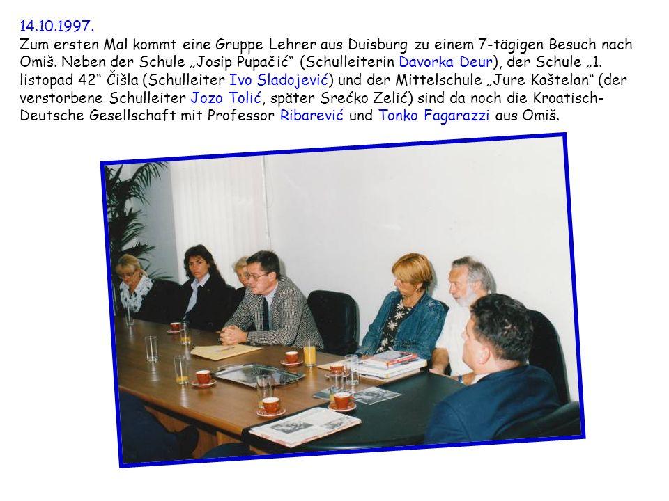 14.10.1997. Zum ersten Mal kommt eine Gruppe Lehrer aus Duisburg zu einem 7-tägigen Besuch nach Omiš. Neben der Schule Josip Pupačić (Schulleiterin Da