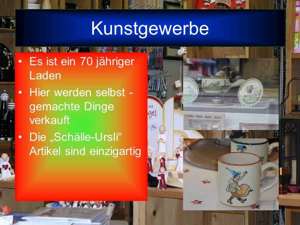 Kunstgewerbe Es ist ein 70 jähriger Laden Hier werden selbst - gemachte Dinge verkauft Die Schälle-Ursli Artikel sind einzigartig