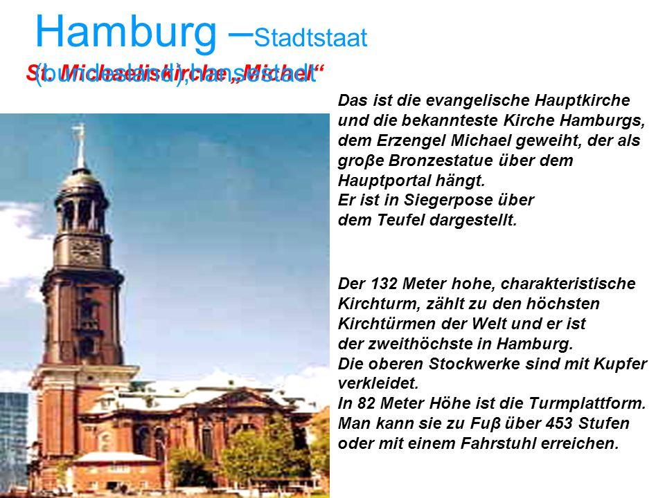 Das ist die evangelische Hauptkirche und die bekannteste Kirche Hamburgs, dem Erzengel Michael geweiht, der als groβe Bronzestatue über dem Hauptporta