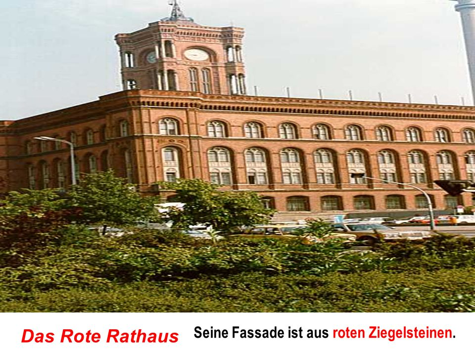Das Rote Rathaus Seine Fassade ist aus roten Ziegelsteinen.