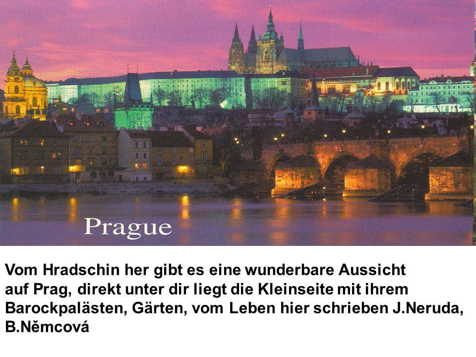 Vom Hradschin her gibt es eine wunderbare Aussicht auf Prag, direkt unter dir liegt die Kleinseite mit ihrem Barockpalästen, Gärten, vom Leben hier sc
