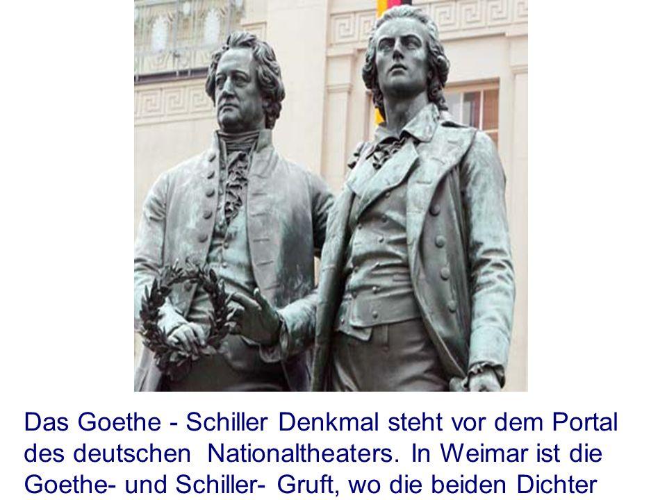Das Goethe - Schiller Denkmal steht vor dem Portal des deutschen Nationaltheaters.
