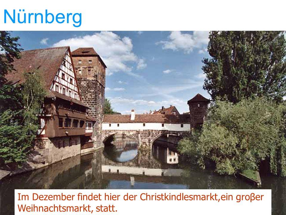 Nürnberg Im Dezember findet hier der Christkindlesmarkt,ein groβer Weihnachtsmarkt, statt.