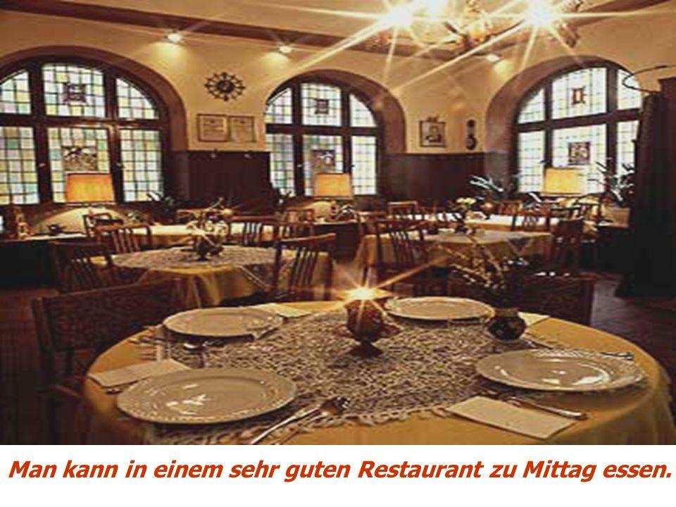 Man kann in einem sehr guten Restaurant zu Mittag essen.