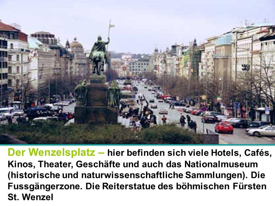 Der Wenzelsplatz – hier befinden sich viele Hotels, Cafés, Kinos, Theater, Geschäfte und auch das Nationalmuseum (historische und naturwissenschaftlic