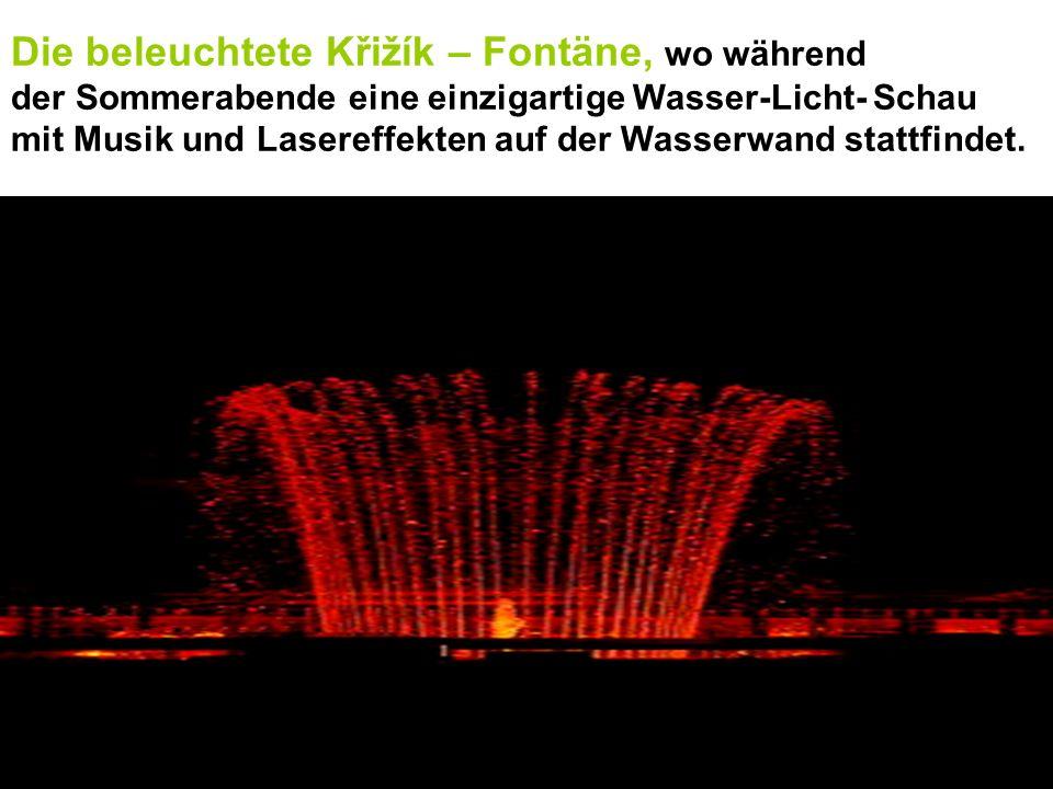 Die beleuchtete Křižík – Fontäne, wo während der Sommerabende eine einzigartige Wasser-Licht- Schau mit Musik und Lasereffekten auf der Wasserwand sta
