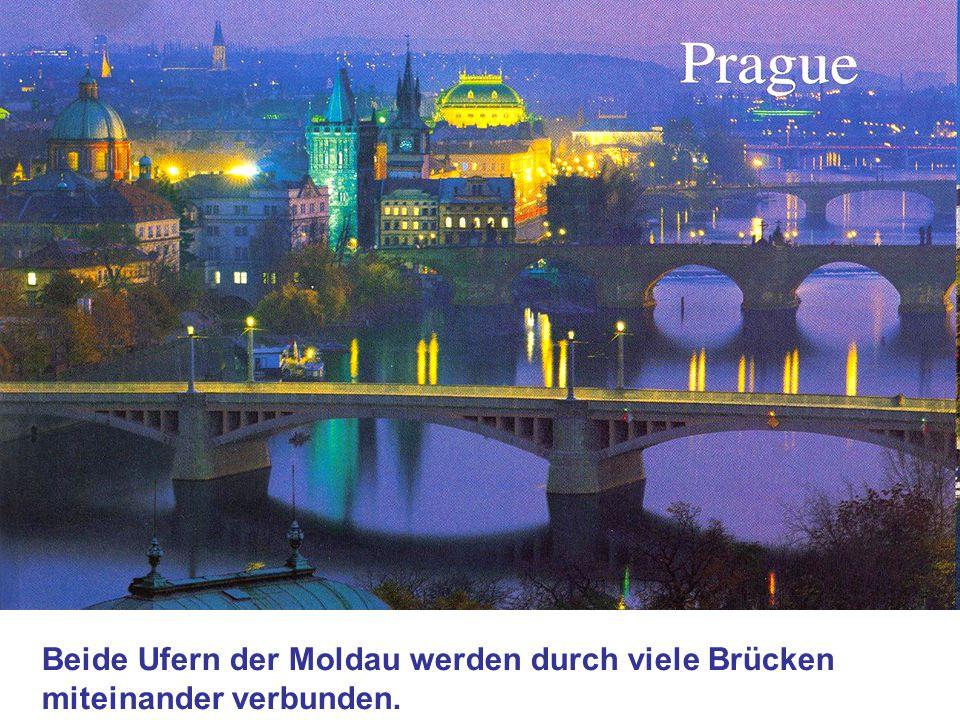 Beide Ufern der Moldau werden durch viele Brücken miteinander verbunden.