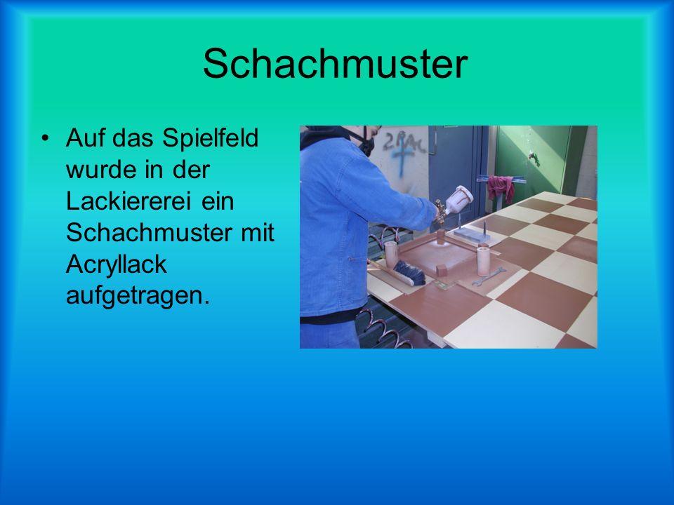 Schachmuster Auf das Spielfeld wurde in der Lackiererei ein Schachmuster mit Acryllack aufgetragen.