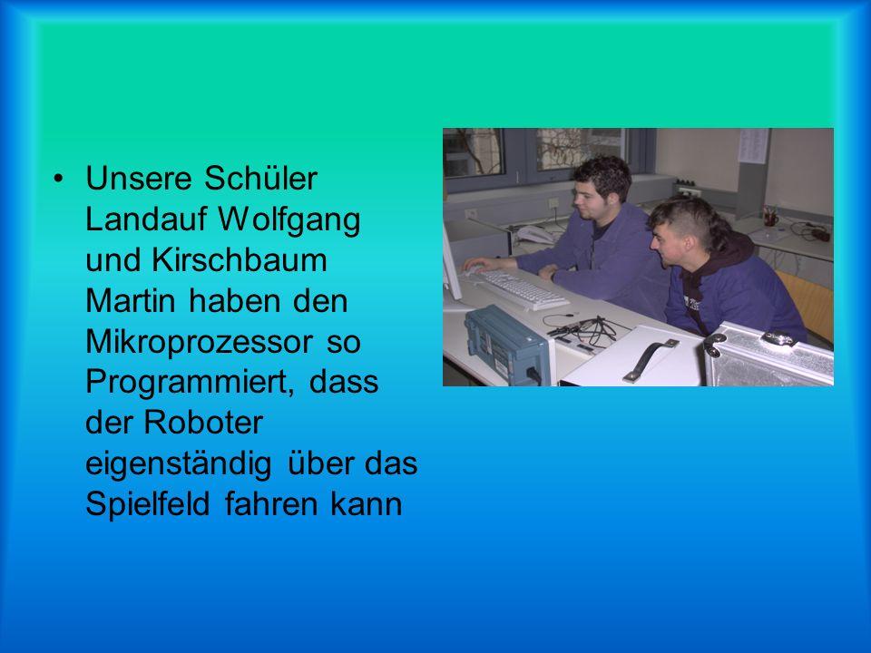 Unsere Schüler Landauf Wolfgang und Kirschbaum Martin haben den Mikroprozessor so Programmiert, dass der Roboter eigenständig über das Spielfeld fahre