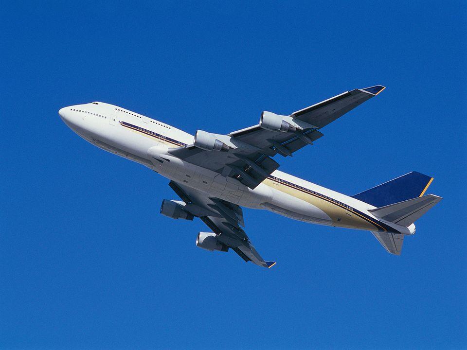 Kommt die Stewardess und bittet sie doch zurück in die zweite Klasse zu gehen, da sie ja für die erste nicht bezahlt hat.