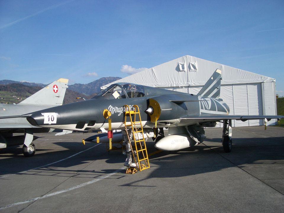 In der Mitte des Bildes der Käufer der beiden attraktiven Mirage IIIRS Black & White, der Stansstader Max Ammann