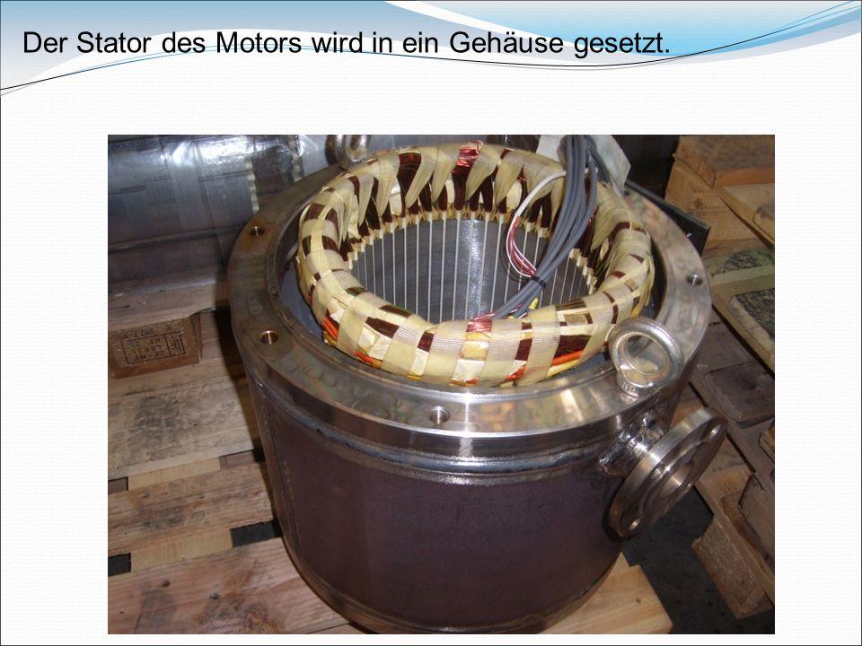 Der Stator des Motors wird in ein Gehäuse gesetzt.