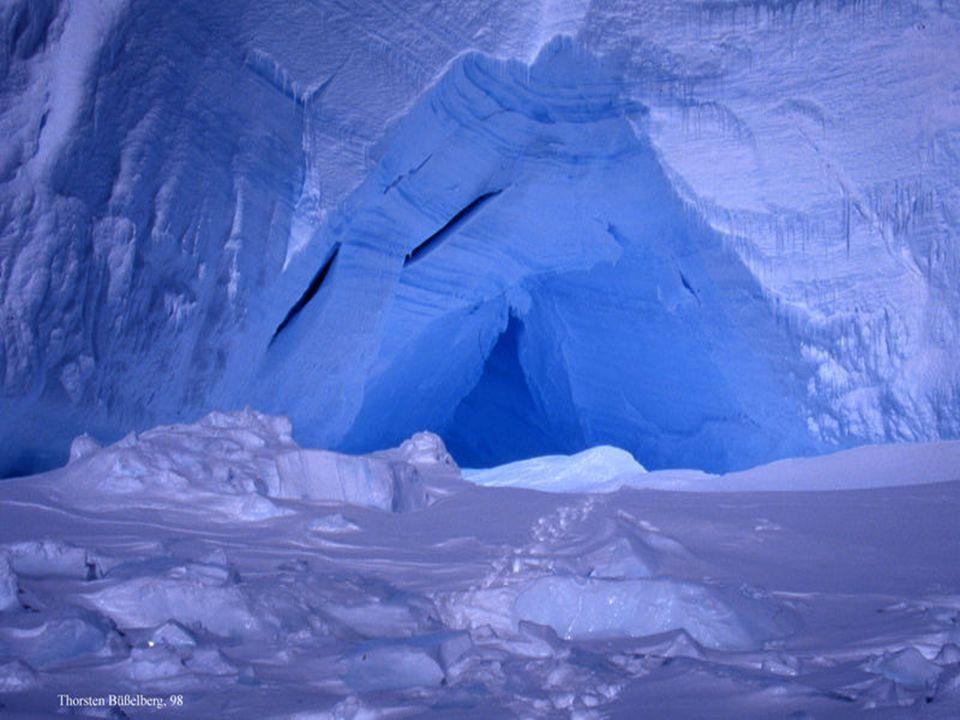 Etwa 99% des Gebietes sind mit Eis bedeckt, und die durchschnittliche Dicke erreicht bis zu 2.500 m.