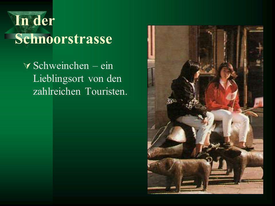 In der Schnoorstrasse Schweinchen – ein Lieblingsort von den zahlreichen Touristen.
