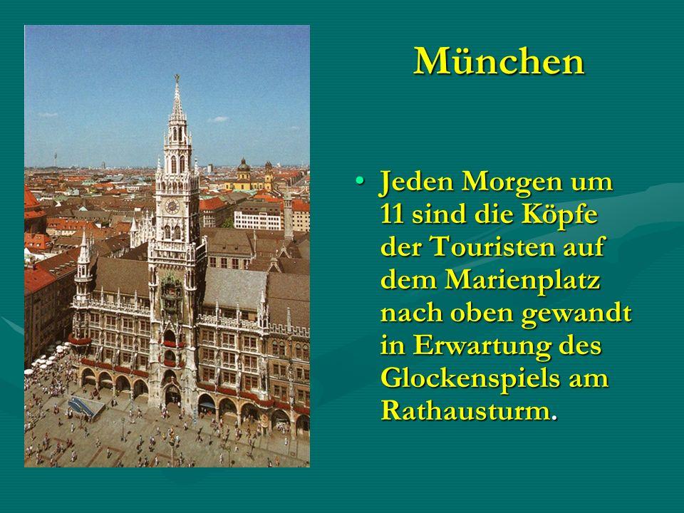 München Jeden Morgen um 11 sind die Köpfe der Touristen auf dem Marienplatz nach oben gewandt in Erwartung des Glockenspiels am Rathausturm.Jeden Morg