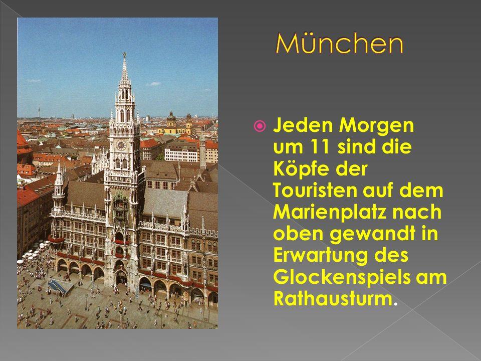 Jeden Morgen um 11 sind die Köpfe der Touristen auf dem Marienplatz nach oben gewandt in Erwartung des Glockenspiels am Rathausturm.