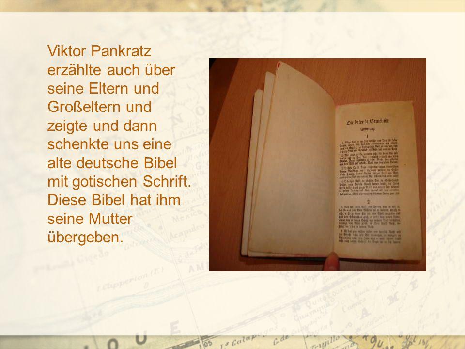 Viktor Pankratz erzählte auch über seine Eltern und Großeltern und zeigte und dann schenkte uns eine alte deutsche Bibel mit gotischen Schrift.