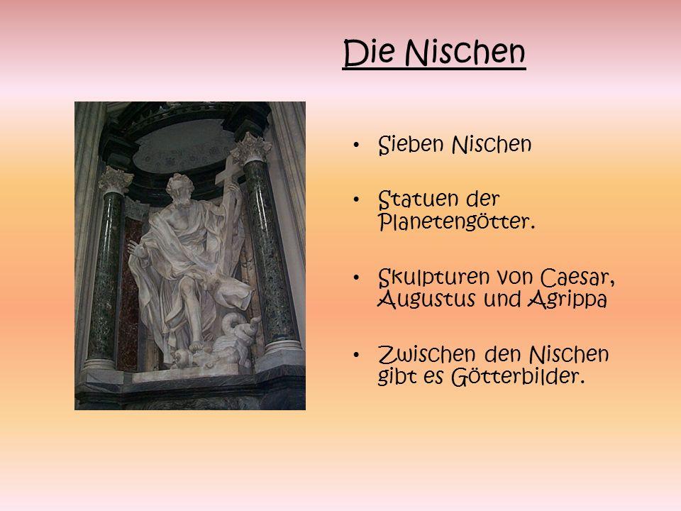 Sieben Nischen Statuen der Planetengötter. Skulpturen von Caesar, Augustus und Agrippa Zwischen den Nischen gibt es Götterbilder. Die Nischen