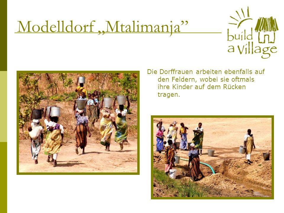 Die Dorffrauen arbeiten ebenfalls auf den Feldern, wobei sie oftmals ihre Kinder auf dem Rücken tragen. Modelldorf Mtalimanja