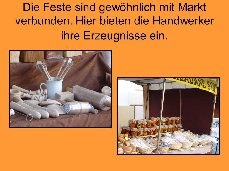 Die Feste sind gewöhnlich mit Markt verbunden. Hier bieten die Handwerker ihre Erzeugnisse ein.