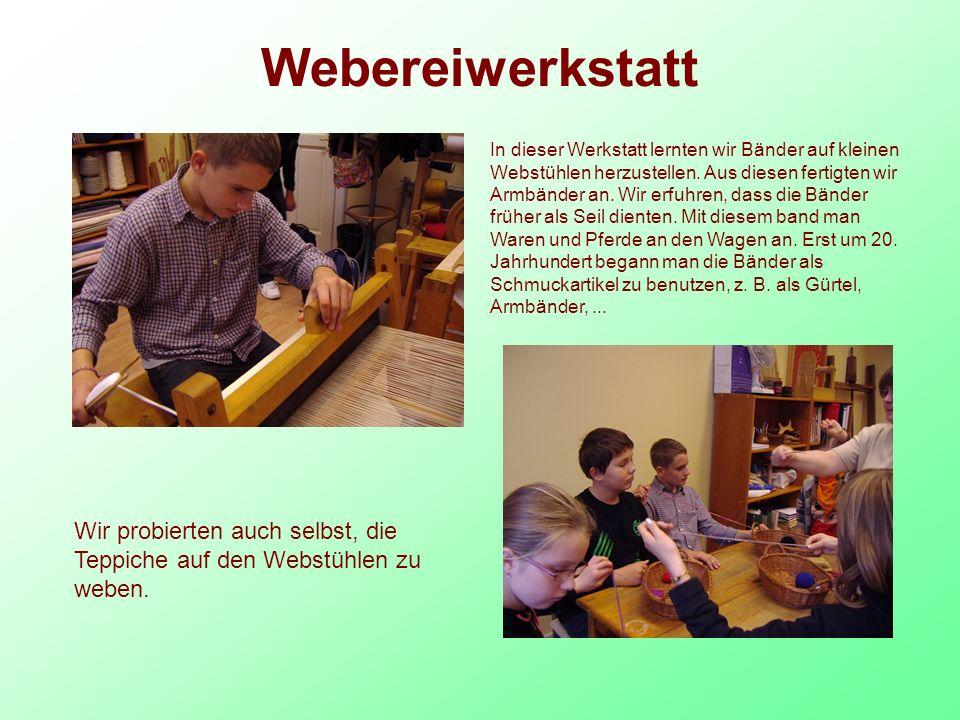 Webereiwerkstatt In dieser Werkstatt lernten wir Bänder auf kleinen Webstühlen herzustellen.