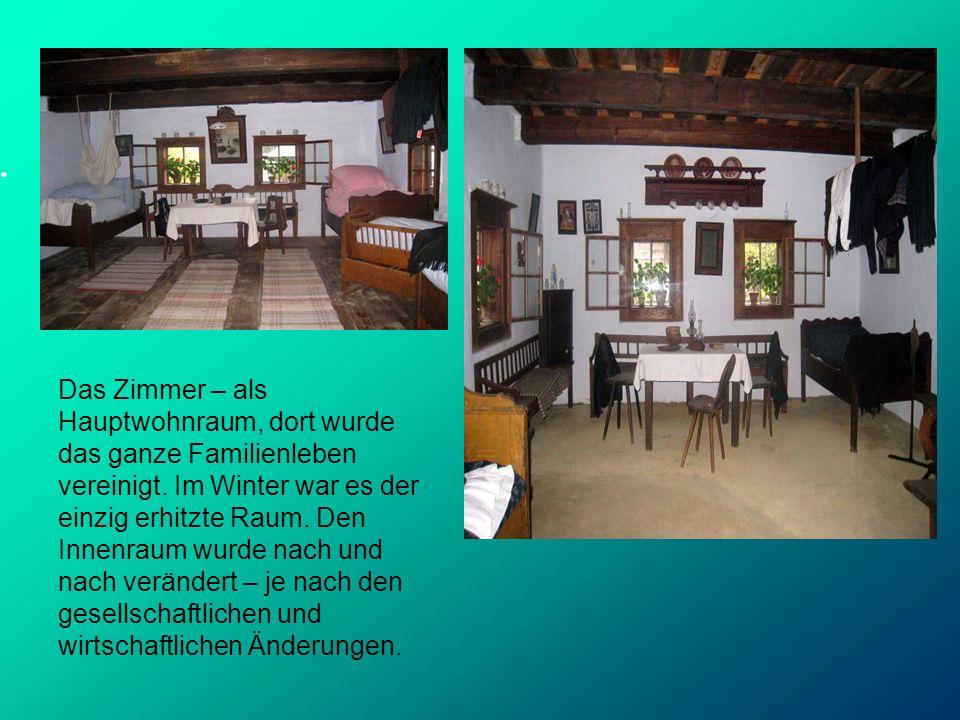 Das Zimmer – als Hauptwohnraum, dort wurde das ganze Familienleben vereinigt. Im Winter war es der einzig erhitzte Raum. Den Innenraum wurde nach und