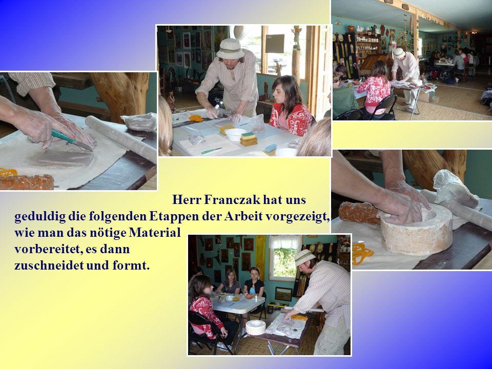 Herr Franczak hat uns geduldig die folgenden Etappen der Arbeit vorgezeigt, wie man das nötige Material vorbereitet, es dann zuschneidet und formt.