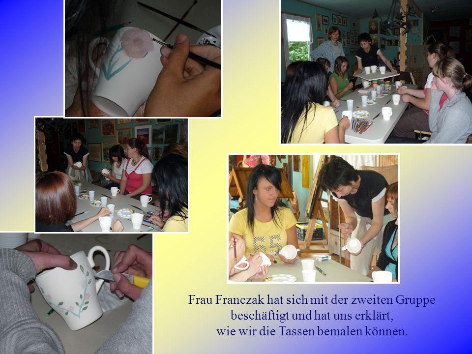 Frau Franczak hat sich mit der zweiten Gruppe beschäftigt und hat uns erklärt, wie wir die Tassen bemalen können.