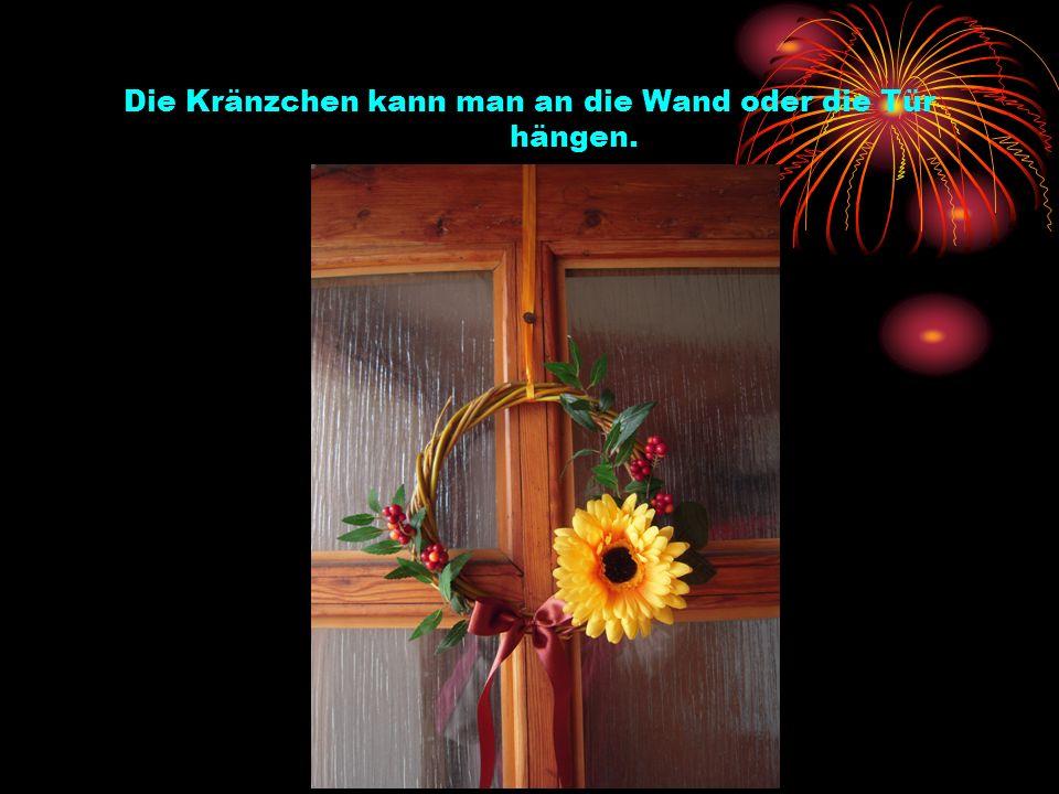 Die Kränzchen kann man an die Wand oder die Tür hängen.