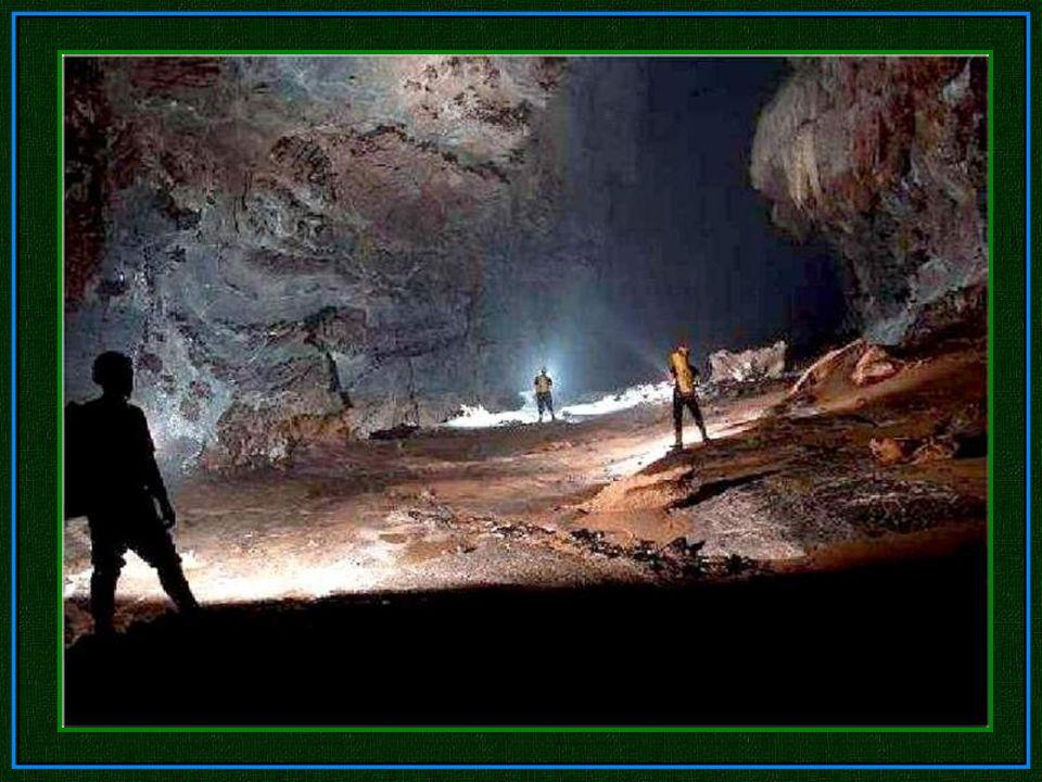 Abstieg in eine große Kammer. Zwei unterirdische Flüsse mussten sie überwinden, bevor sie den Hauptgang des Hang Son Doong erreichten.