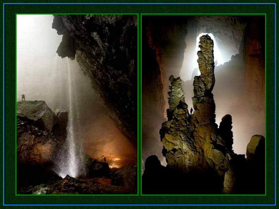 Ein riesiger Strahl von Sonnenlicht stürzt in die Höhle und hat das Aussehen eines Wasserfalls. Davor steht ein riesiger Tropfstein, zum Vergleich dan