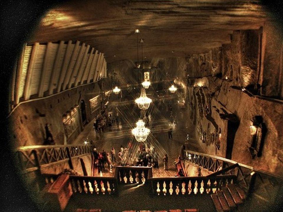 Sie werden sich in der Mitte eines Jules Verne Abenteuers fühlen, wenn Sie die 150 m lange hözerne Treppe in die Tiefe steigen. Sie werden erstaunt se