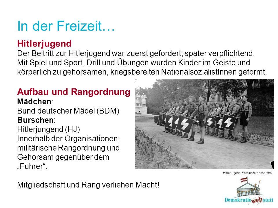 In der Freizeit… Hitlerjugend Der Beitritt zur Hitlerjugend war zuerst gefordert, später verpflichtend. Mit Spiel und Sport, Drill und Übungen wurden