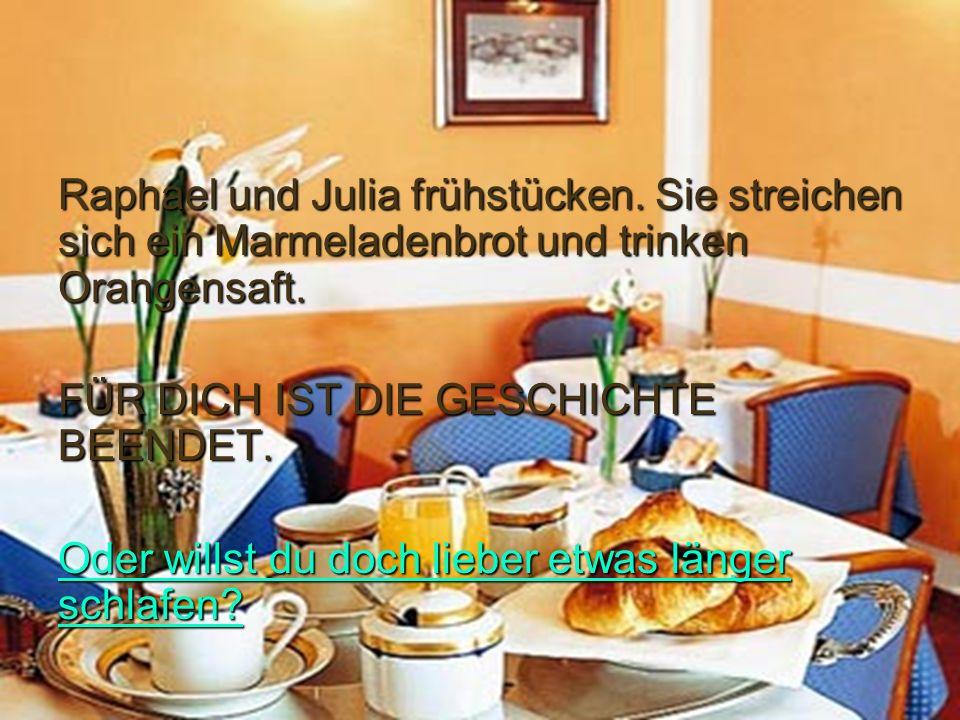 Raphael und Julia frühstücken.Sie streichen sich ein Marmeladenbrot und trinken Orangensaft.