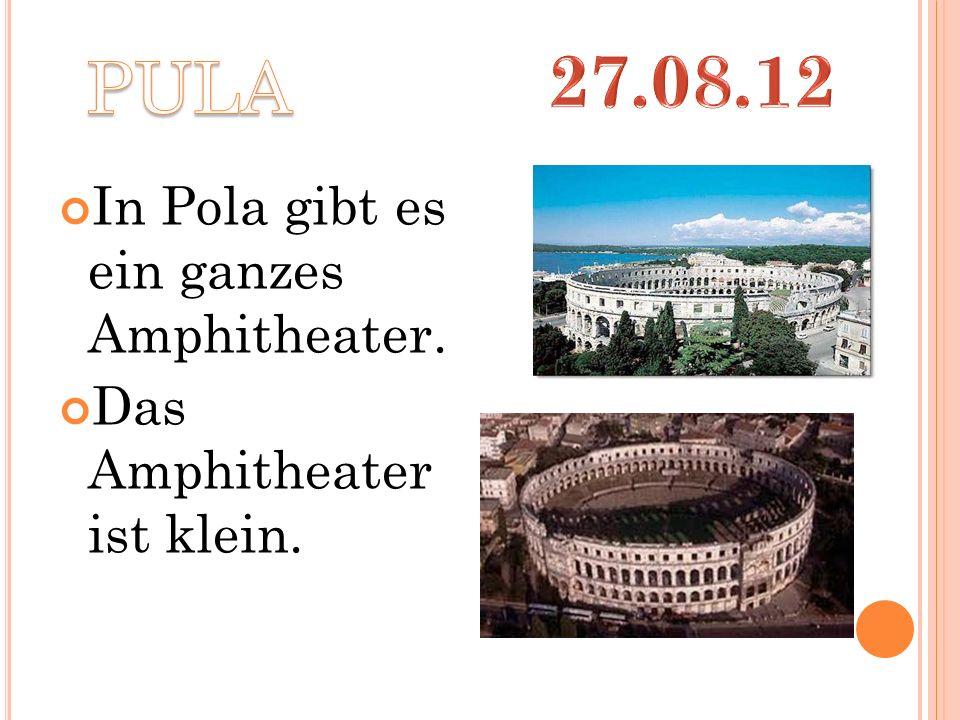 In Pola gibt es ein ganzes Amphitheater. Das Amphitheater ist klein.