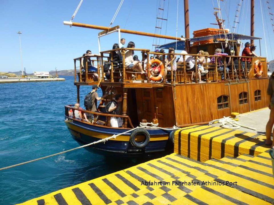 Abfahrt im Fährhafen Athinios Port