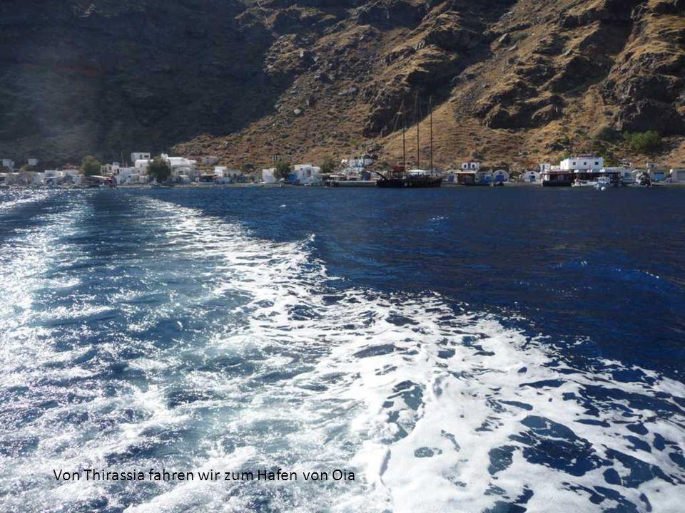 Von Thirassia fahren wir zum Hafen von Oia