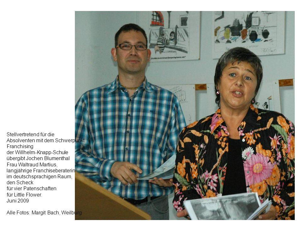 Stellvertretend für die Absolventen mit dem Schwerpunkt Franchising der Willhelm-Knapp-Schule übergibt Jochen Blumenthal Frau Waltraud Martius, langjä