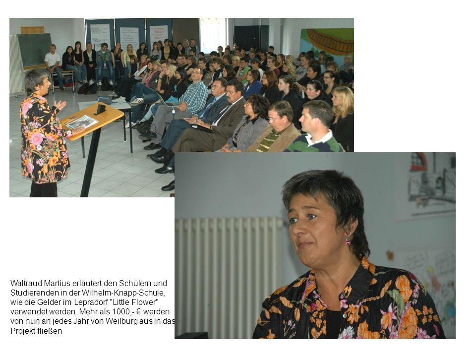 Waltraud Martius erläutert den Schülern und Studierenden in der Wilhelm-Knapp-Schule, wie die Gelder im Lepradorf Little Flower verwendet werden.