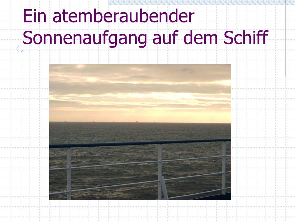 Ein atemberaubender Sonnenaufgang auf dem Schiff