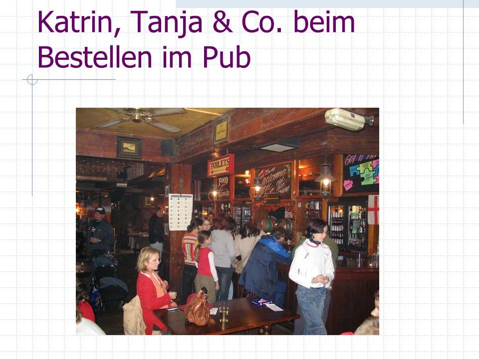 Katrin, Tanja & Co. beim Bestellen im Pub