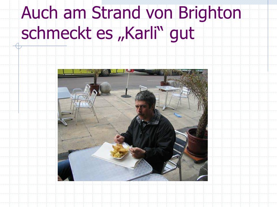Auch am Strand von Brighton schmeckt es Karli gut