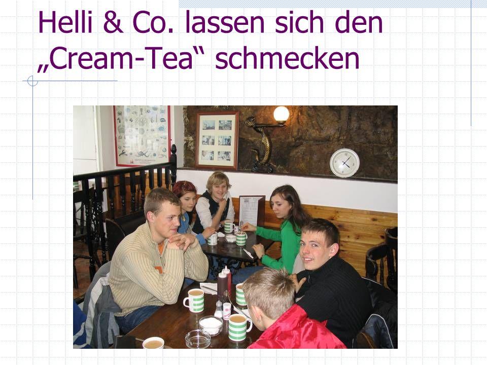 Helli & Co. lassen sich den Cream-Tea schmecken