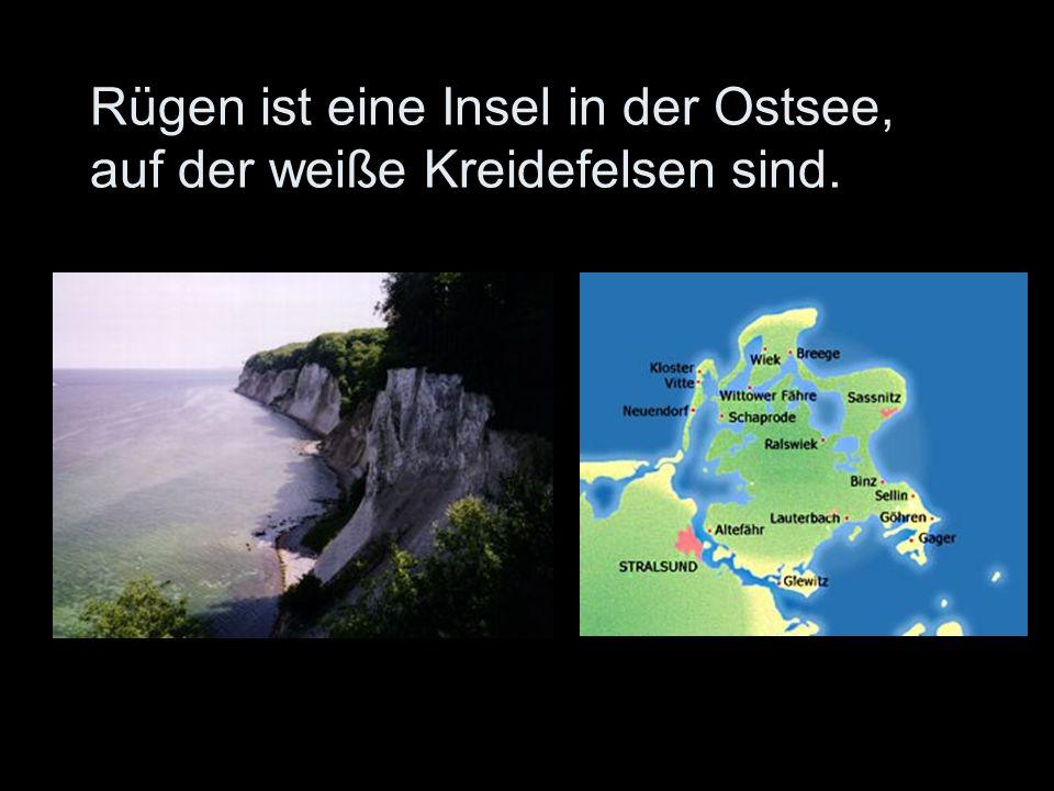 Rügen ist eine Insel in der Ostsee, auf der weiße Kreidefelsen sind.