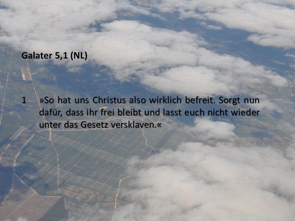 Galater 5,1 (NL) 1 »So hat uns Christus also wirklich befreit. Sorgt nun dafür, dass ihr frei bleibt und lasst euch nicht wieder unter das Gesetz vers